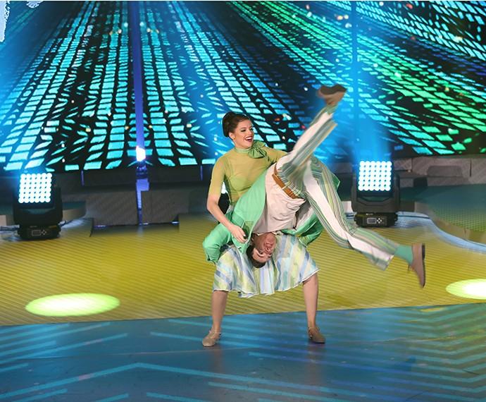 Agatha Moreira é aplaudida ao mostrar ousadia durante a coreografia (Foto: Carol Caminha/ Gshow)