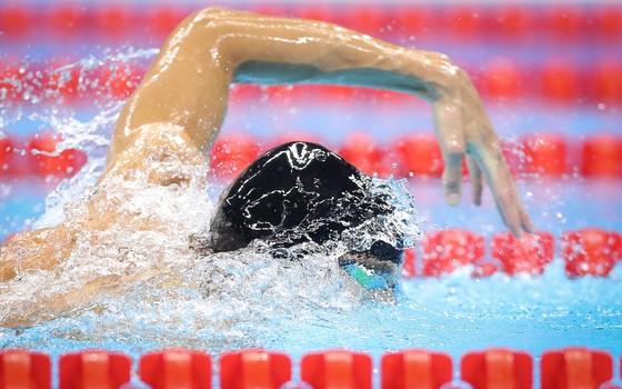 Michael Phelps nada a final dos 4x200m livre com touca emprestada (Foto: Ricardo Nogueira/ÉPOCA)