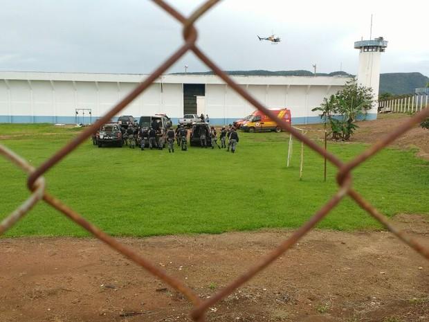 Motim em presídio de Palmas mobiliza policiais e Bombeiros (Foto: Carlos Gomes/TV Anhanguera)