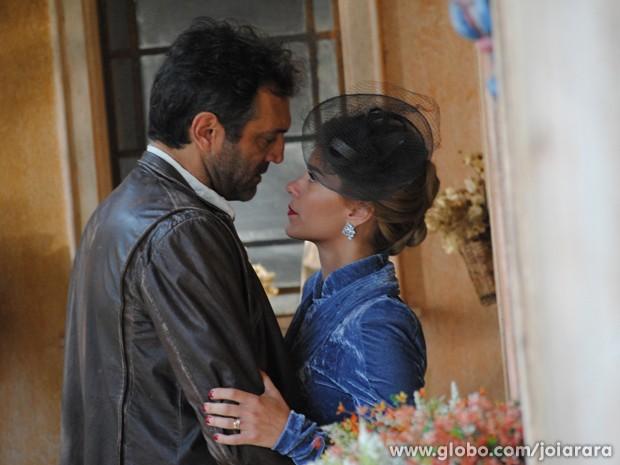 Mulher de Ernest se declara para Mundo e os dois se beijam (Foto: Joia Rara/ TV Globo)