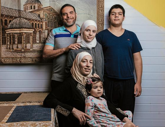 O engenheiro Talal Al-Tinawi com a família no seu restaurante em São Paulo (Foto: Filipe Redondo / ÉPOCA)