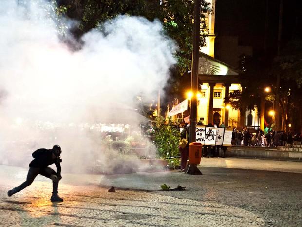 Houve confusão no Largo do Machado na Zona Sul do Rio por volta de 18h45 desta terça-feira (27) durante concentração para mais um protesto contra o governador Sérgio Cabral.  (Foto: Reynaldo Vasconcelos/Futura Press/Estadão Conteúdo)