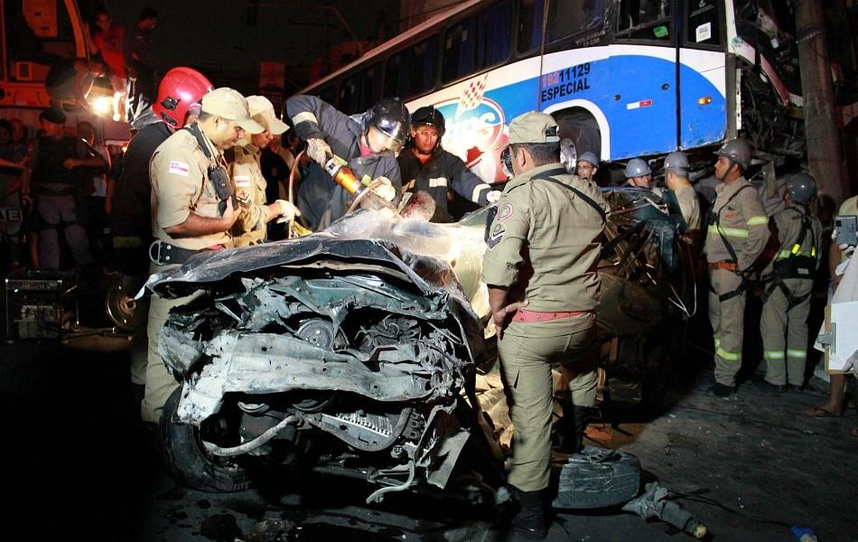 Bombeiros usaram uma tesoura mecânica hidráulica para recortar o carro e retirar os corpos das vítimas (Foto: Mônica Dias/G1 AM)
