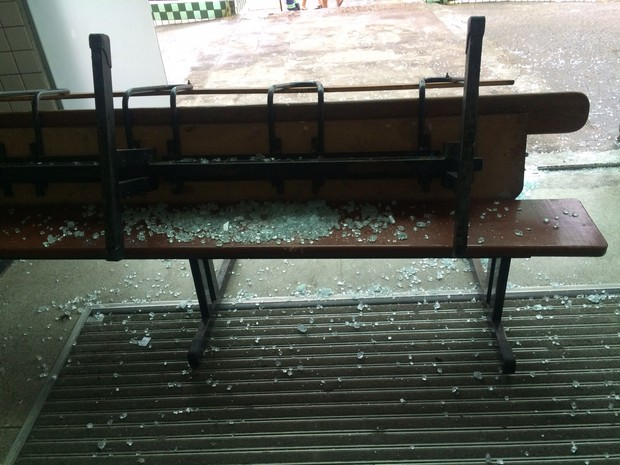Bancos ficaram com cacos de vidro em hospital de São Vicente (Foto: Solange Freitas/TV Tribuna)