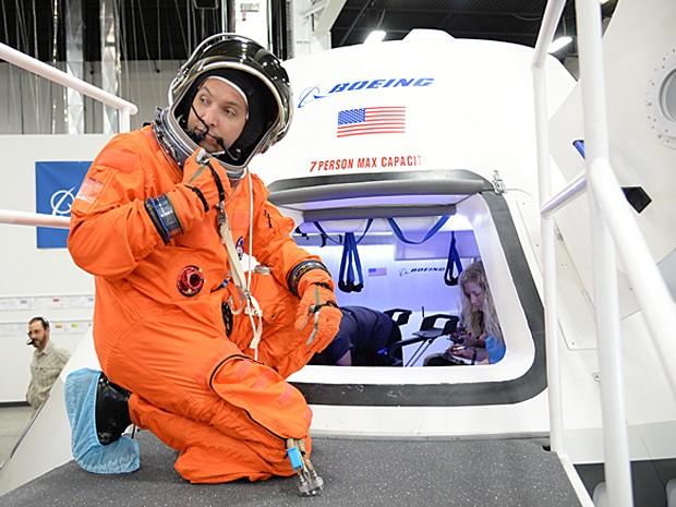 Astronauta Randy Bresnik se prepara para entrar na nave espacial CST-100 (Foto: Nasa/Robert Markowitz)