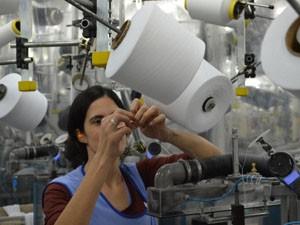 Funcionária trabalha na linha de produção da Lupo (Foto: Felipe Turioni/G1)