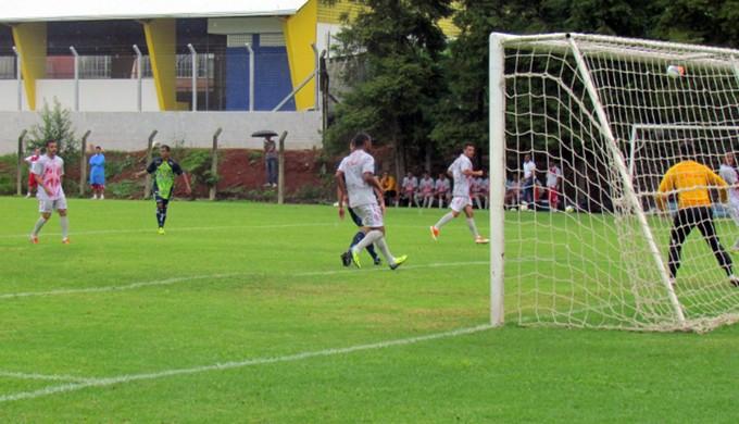 Luiz Eduardo fez o único gol do amistoso em Poços de Caldas (Foto: Rose de Oliveira / Assessoria de imprensa Caldense)