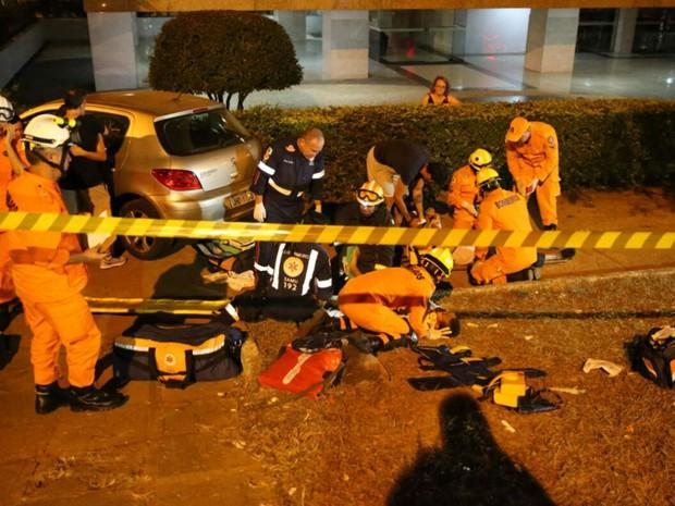 Bombeiros atendem vítima de atropelamento em parada de ônibus na Asa Norte, em Brasília (Foto: Corpo de Bombeiros/Divulgação)