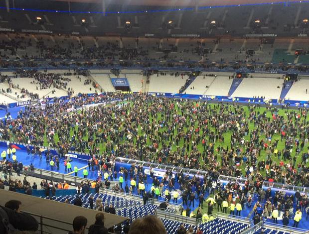 Torcida gramado Stade de France atentado