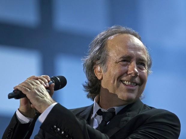 O cantor espanhol Joan Manuel Serrat se apresenta em Buenos Aires, em março de 2012 (Foto: AP Photo/Natacha Pisarenko, File)