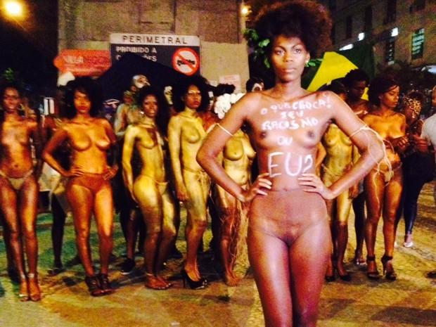 Durante ato, mulheres tiraram a roupa e ficaram só com calcinhas cor da pele (Foto: Giovana Sanchez / G1)