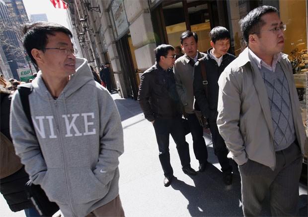 Turistas chineses passeiam pela 5ª Avenida, em Nova York (Foto: Reuters)