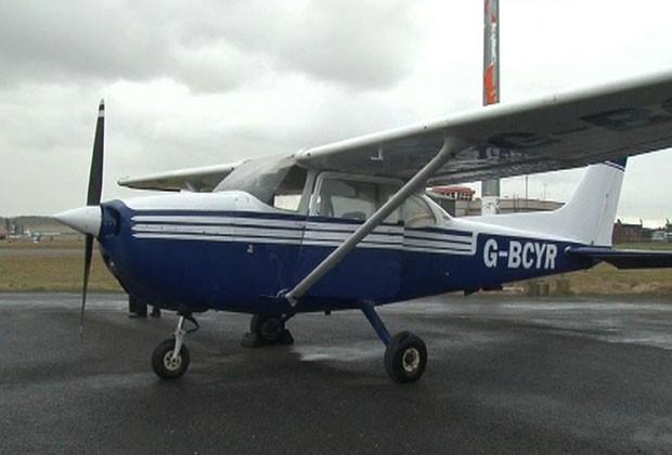 Avião que foi pousado por passageiro na Inglaterra é visto em aeroporto nesta quarta-feira (9) (Foto: Richard McCarthy/AP)
