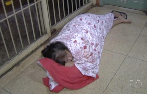 Idosa esperou deitada no chão de Ciams por cerca de 30 minutos, em Goiânia, Goiás (Foto: Reprodução/TV Anhanguera)