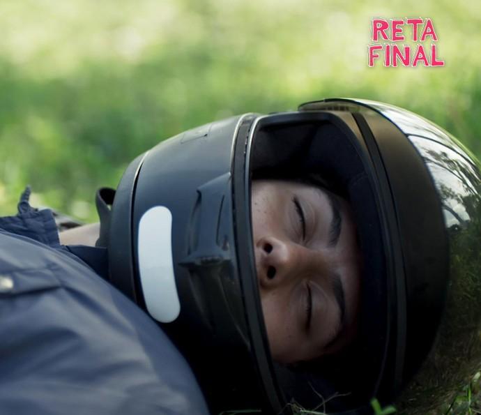 Filipe é perseguido por Samurai, tem sua moto empurrada e cai desacordado (Foto: TV Globo)