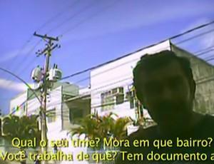 Cambista faz perguntas no Engenhão (Foto: Reprodução SporTV)