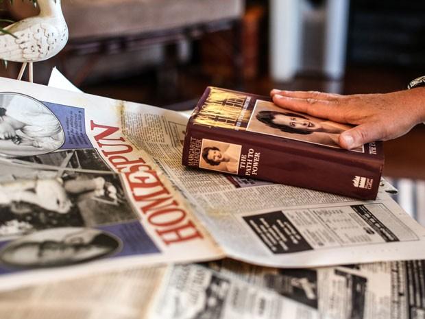 Betina guarda as edições de jornais internacionais que noticiaram a história de sua mãe (Foto: Raul Zito/G1)