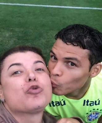 Thiago Silva dá beijo em David Brazil (Foto: Reprodução)