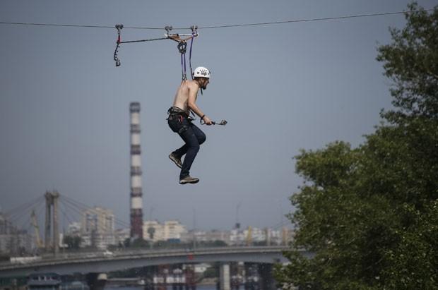 Recorde foi estabelecido sobre o rio Dnipro, em Kiev, na Ucrânia (Foto: Gleb Garanich/Reuters)