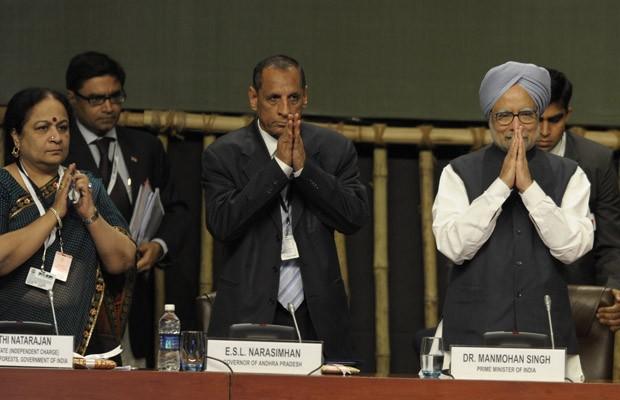 Primeiro-ministro da Índia, Manmohan Singh (à direita), junto com outras lideranças indianas, cumprimentam delegados que participaram de conferência da ONU (Foto: Noah Seelam/AFP)