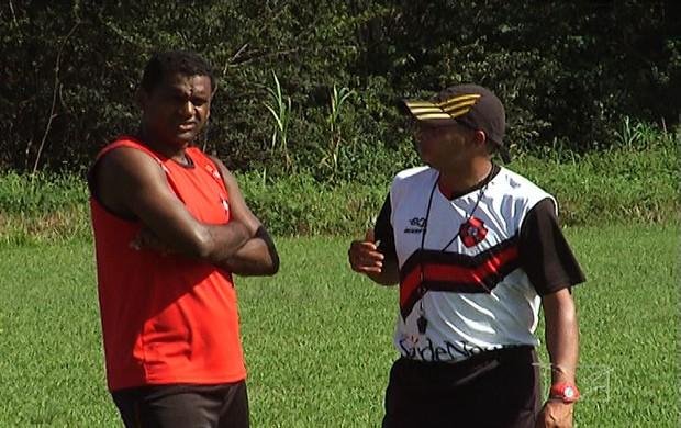 Kleber Pereira, atacante e diretor de futebol do Moto Club, conversando com preparador físico, Adriano Silva (Foto: Reprodução/TV Mirante)