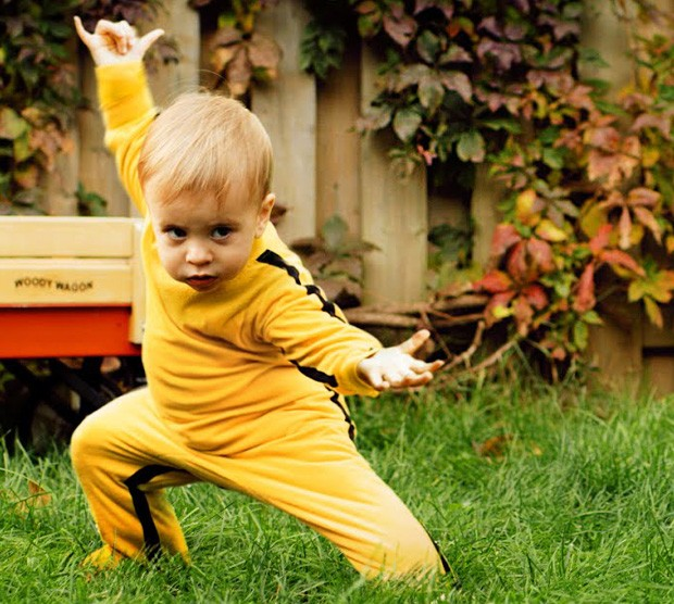 Bebê trava combate impressionante com dragão de brinquedo... com ajuda de efeitos especiais, claro (Foto: Divulgação)