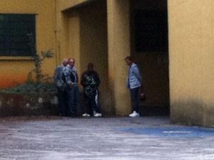 Família de funcionário do Sion chega ao IML para liberar corpo (Foto: Julia Basso/G1)