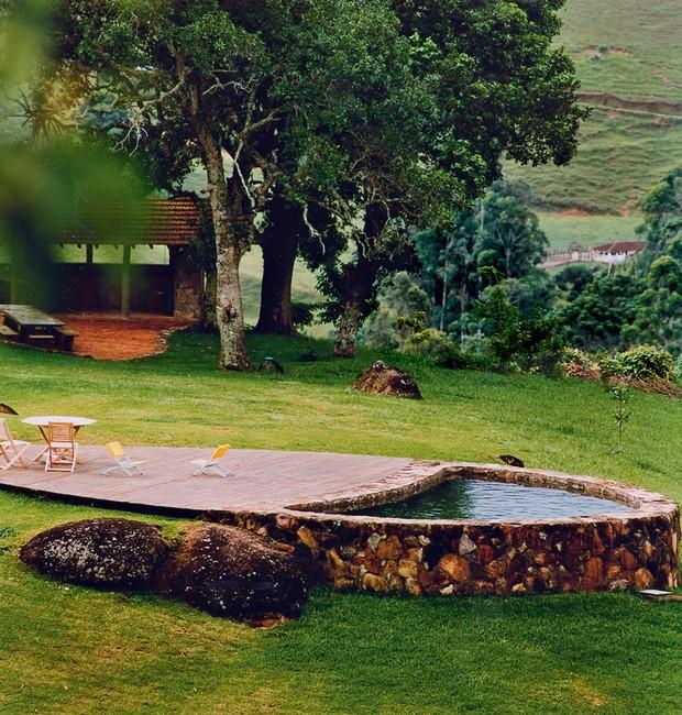 Piscina natural | Com estrutura de pedras recolhidas no terreno, a construção tem forma orgânica e recebe água corrente de nascente (Foto: Marco Antonio/Editora Globo)