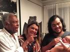 Gilberto Gil paparica a bisnetinha em foto ao lado da filha, Preta, e o neto