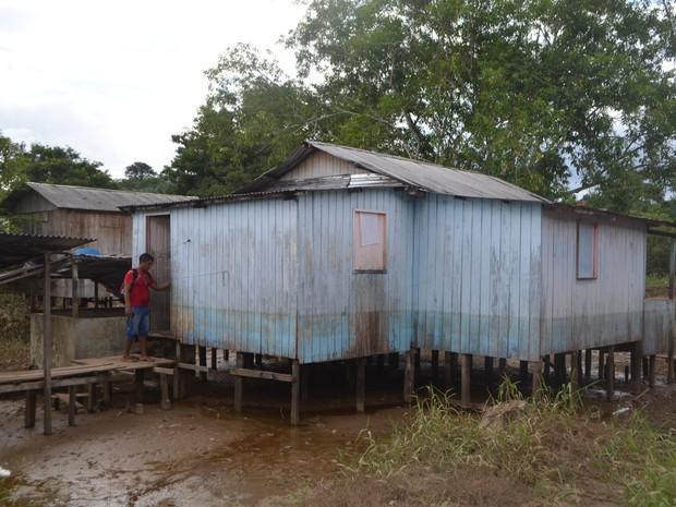Moradores buscam ajuda para retornar para suas casas em Cruzeiro do Sul  (Foto: Adelcimar Carvalho/G1)