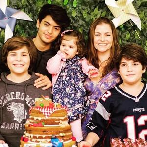 Ana Paula Tabalipa com os quatro filhos (Foto: Arquivo pessoal)