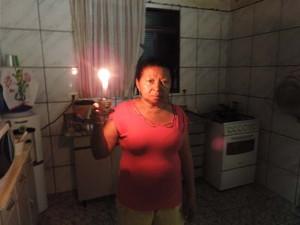 Moradores precisaram terminar seus afazeres sem energia elétrica (Foto: Mariane Peres/G1)