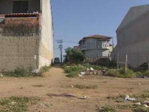 Terreno onde o corpo foi encontrado em São José (Foto: Reprodução/TV Vanguarda)