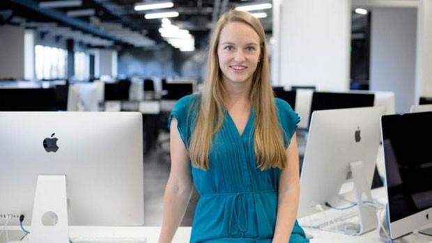 Brittany Bir, chefe de operações da 42 na Califórnia, diz que jovens acostumados a ensinar aos colegas têm mais iniciativa no ambiente de trabalho (Foto: Rick Friedmann/BBC)
