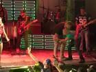 Vídeo: Depois de duas tentativas, fã invade palco do Babado Novo no Rio