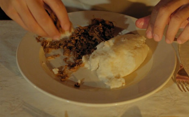 Seswaa  espcie de polenta com carne desfiada. Pedro Andrade come com os