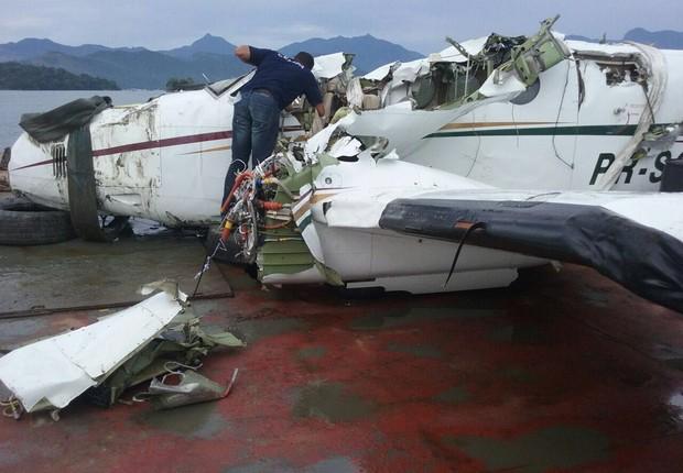 Destroços do avião que transportava o ministro Teori Zavascki são vistos a bordo da balsa que levará as partes para investigação (Foto: Allan Meirelles/Direitos reservados)