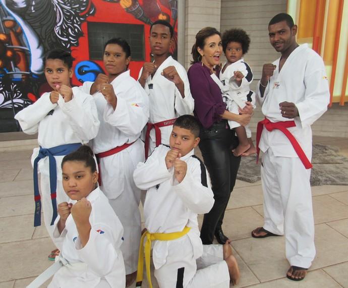 Fátima segura o pequeno Kauê, ao lado de outros lutadores de Taekwondo (Foto: Priscilla Massena/Gshow)