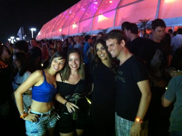 Juliana Paes posa com fãs no Rock in Rio (Foto: EGO)