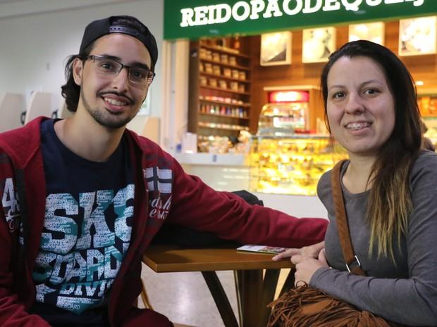 Ricardo Castilho Gomes e Paula dos Santos Castilhos vieram passar lua de mel na Serra e elogiaram aeroporto de Porto Alegre (Foto: Hygino Vasconcellos/G1)