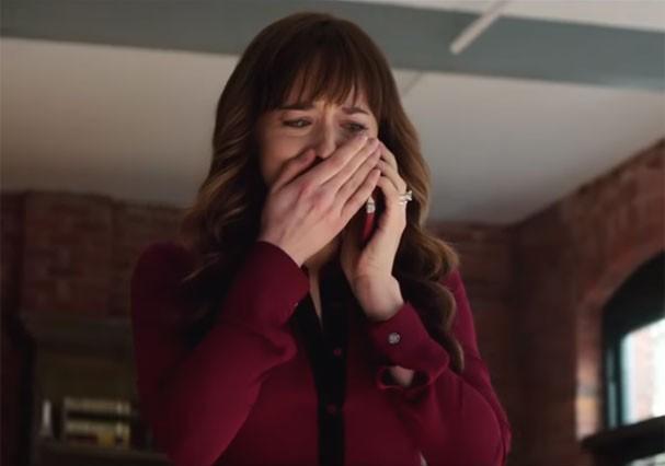 """Anastasia chora em """"Cinquenta Tons de Liberdade"""" (Foto: Reprodução/Youtube)"""