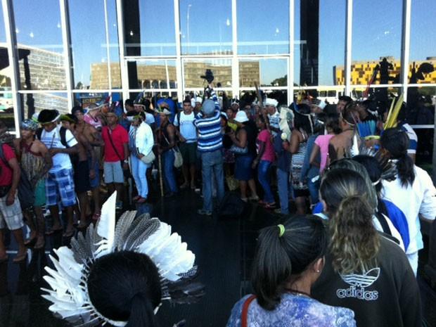 Indígenas ocupando uma das quatro entradas do Ministério da Justiça durante protesto contra mudanças na regra para demarcação de terras (Foto: Luiza Facchina/G1)