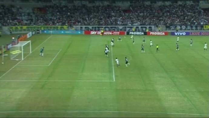 Mudança no Corinthians surte efeito; Romero vai para a direita, e Lucca faz o gol (Foto: Reprodução/TV Globo)