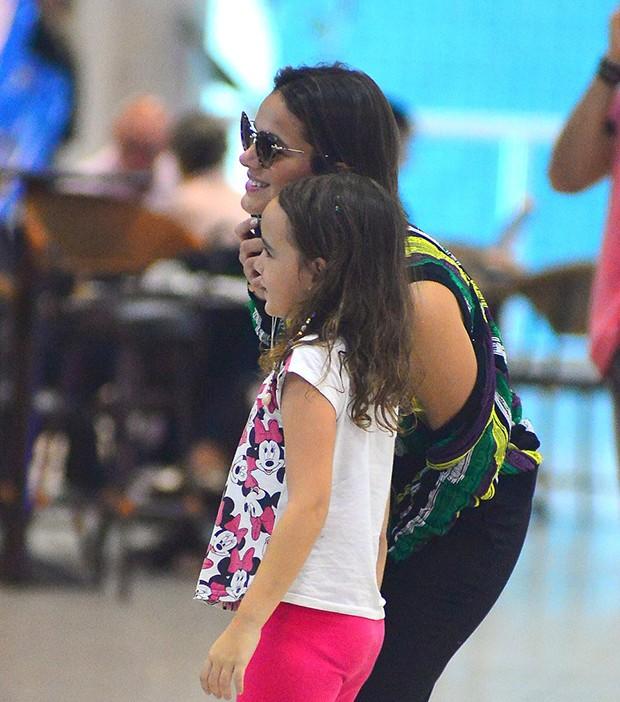 Bruna Marquezine posa com fãs em aeroporto (Foto: William Oda /AgNews)