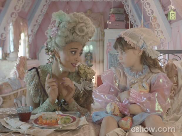 Catarina oferece comida e tenta fazer com que Pituca se alimente (Foto: Meu Pedacinho de Chão/TV Globo)