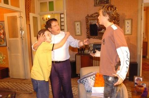 """(Foto: Kayky Brito com Luis Melo e Rafael Ciani em """"Cobras & lagartos"""", folhetim exibido em 2006/ Foto: João Miguel Junior/ TV Globo)"""