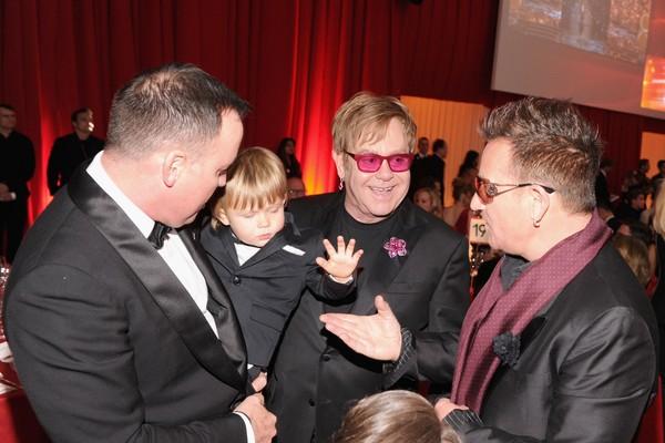 O pequeno Zachary John-Furnish em meio aos pais Elton John e David Furnish (Foto: Getty Images)