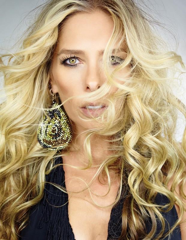 Adriane Galisteu - apresentadora será capa da Cabelos & Cia (Foto: André Schiliró)