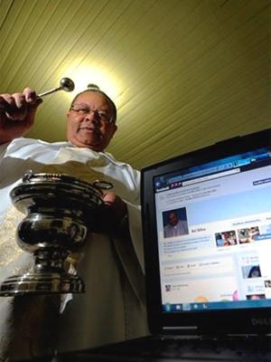 Padre abençoa fiéis via Facebook (Agência RBS)