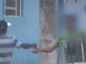 Menores são flagrados em imagem traficando drogas em rua  (Foto: Reprodução/EPTV)